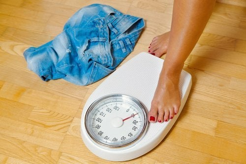 Mulher verificando se perdeu peso com a dieta dukan