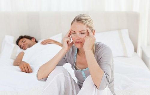 Mulher com dor de cabeça pela manhã