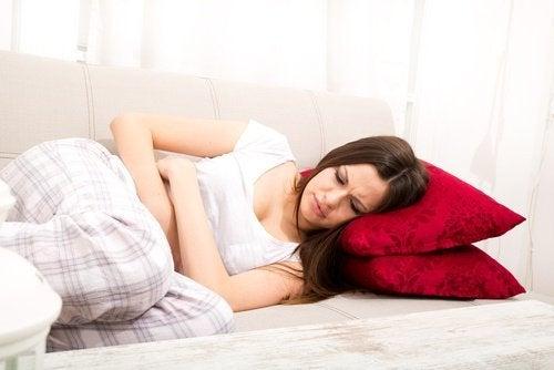 Mulher com dor pélvico por causa de cistos ovarianos