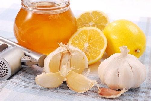 Mel de alho e limão para começar o dia e fortalecer o sistema imunológico