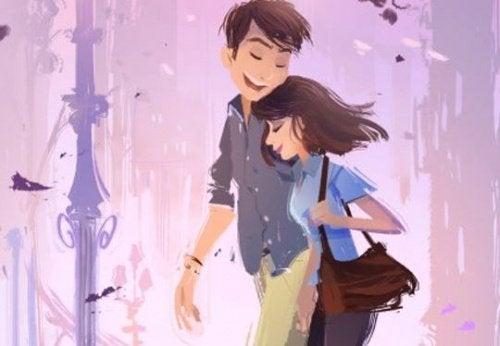 Homem con alguém o abraçando