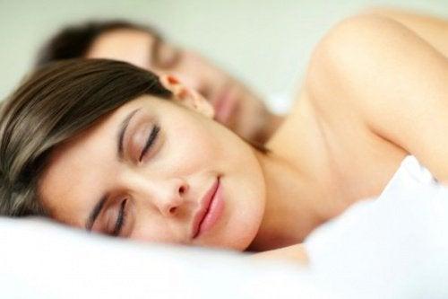casal_dormindo_feliz