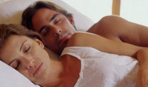 casal_dormir_abracados