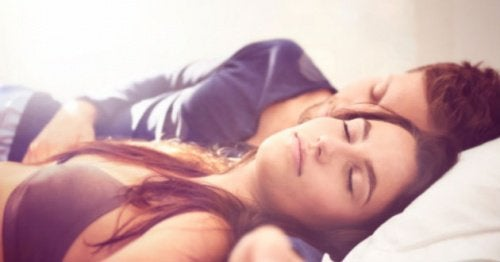 casal_dormir_barriga_para_cima