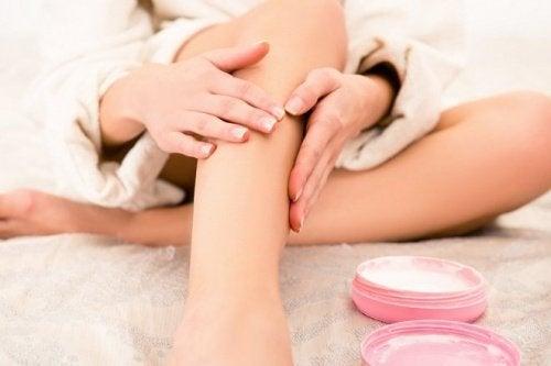 Aplicação do unguento de magnésio para reduzir a dor nas pernas