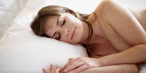 beneficios-dormir-sem-roupa-descansar-mais