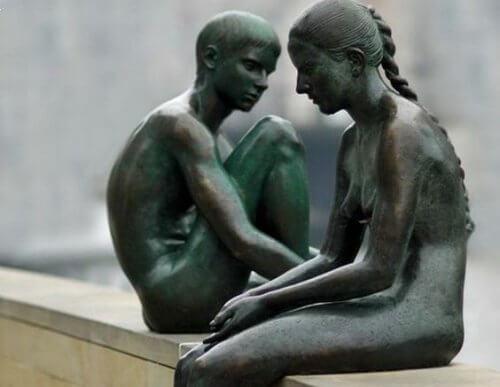 Esculturas representando preocupação dos irmãos mais velhos