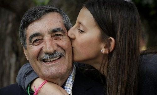 Uma menina de 11 anos salva a vida de seu avô depois de um infarto