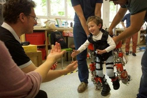 Exoesqueleto pode permitir que crianças paraplégicas caminhem novamente