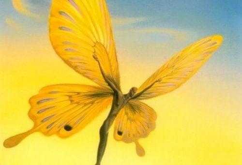 Homem borboleta tentando voar
