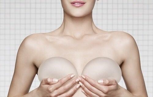 implantes-de-seios-na-mamografia