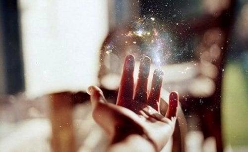Mão esperando que caia o brilho