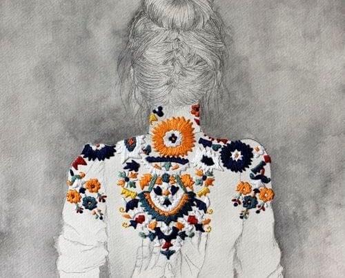 Mulher de 50 anos de costas