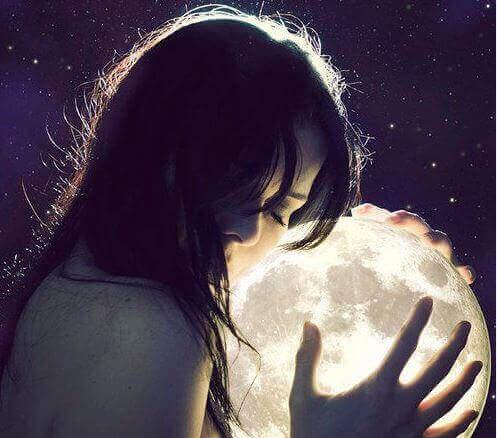 mulher-mãos-lua-representando-saudade-relação-distância