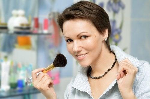mulher-se-maquiando