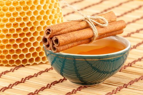 Canela e mel para abdômen chapado