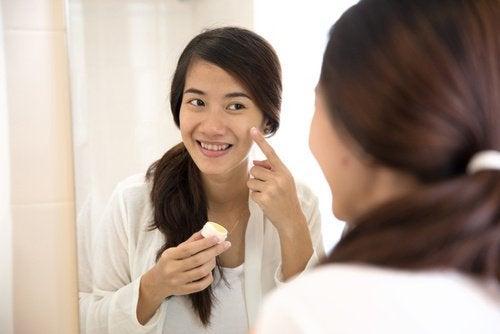 Mulher tratando acne com água oxigenada