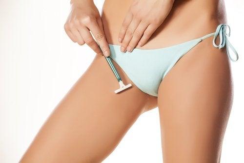 Mulher depilando as pernas