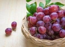 Comer uvas vermelhas