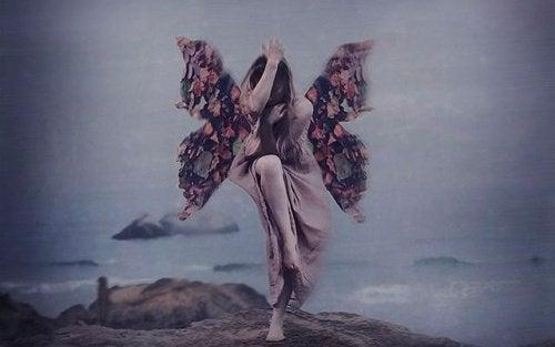 Menina com asas amadurecendo