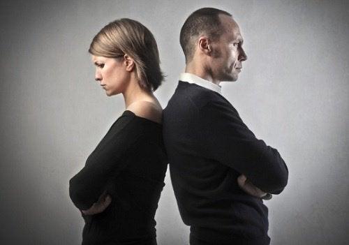 Casal de costas pensando no divórcio
