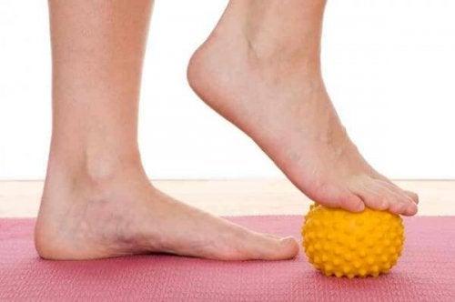 Exercício com bolinha nos pés para tratar a fascite plantar