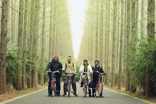 Mulheres com maridos andando de bicicleta