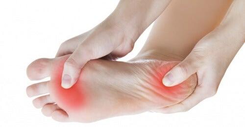 Você sente dor no calcanhar? Trate a fascite plantar com estes exercícios
