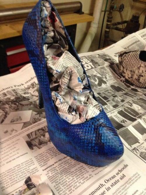 Papel de jornal com álcool para alargar os sapatos