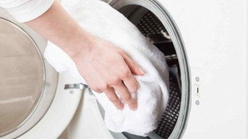 A amônia e o vinagre podem ajudar a deixar as toalhas mais brancas