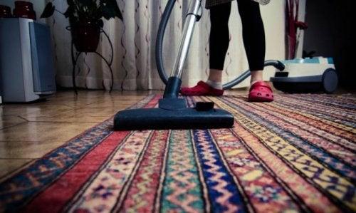 Limpar a fundo o tapete para evitar maus cheiros