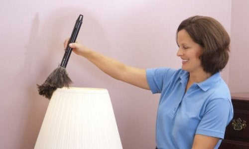 Mulher limpando lámpada para evitar mau cheiro