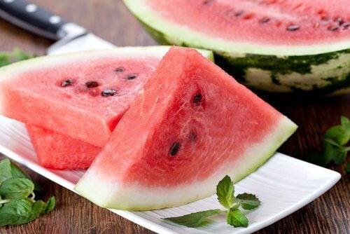 A melancia pode ajudar a limpar a bexiga