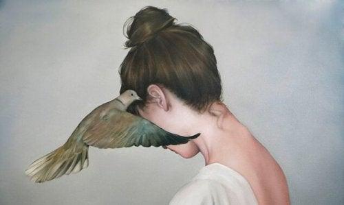 Mulher sendo mau tratada por um passaro