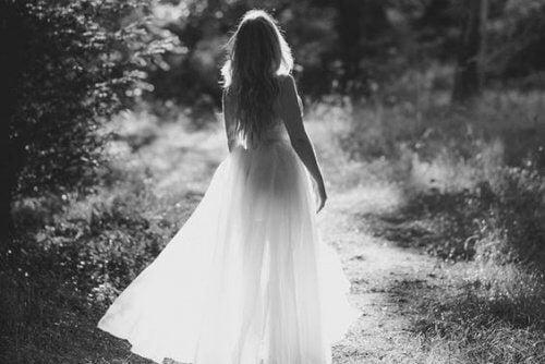 mulher-passeando-apos-superar-sofrimento