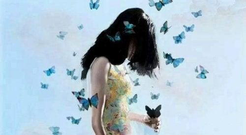 mulher_com_borboletas_azuis