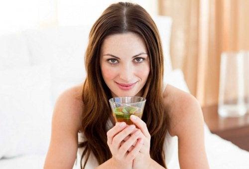 mulher tomando limonada de chá verde