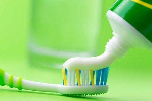 pasta-de-dente-limpar-ferro-de-passar