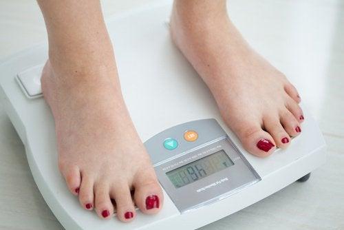 Mulher que perdeu peso com uma dieta