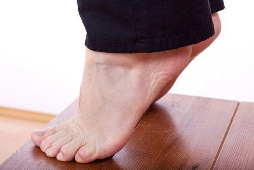 Pessoa nas pontas dos pés para tratar a fascite plantar