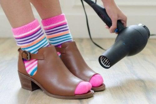 Aplicar secador nos sapatos para alargá-los