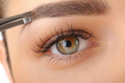 Como ter sobrancelhas mais grossas com a ajuda de remédios naturais