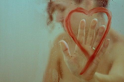 Mulher tocando coração e sentindo autopiedade
