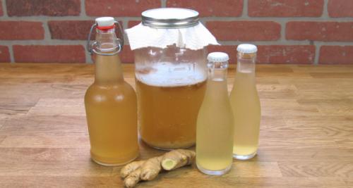 Várias garrafas de água de gengibre