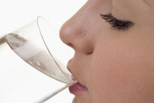8 sinais do corpo quando não se bebe água suficiente