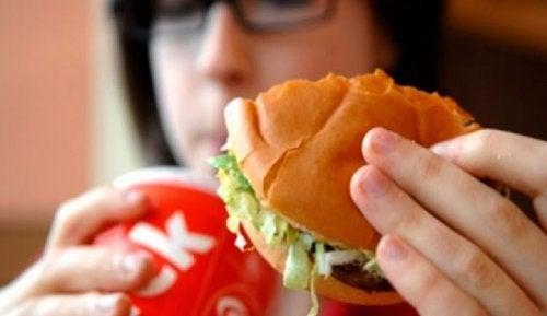 9 alimentos que fazem com que o nosso corpo cheire mal