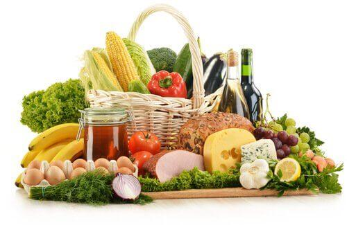 Manter uma dieta adequada ajuda a tratar a dor causada pelas varizes