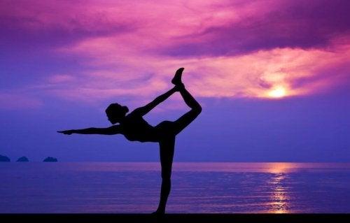 mulher-fazendo-ioga-na-praia