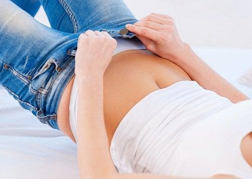 9 perigos de usar roupas muito apertadas