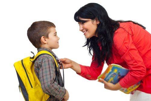 Máe preparando seu filho para escola